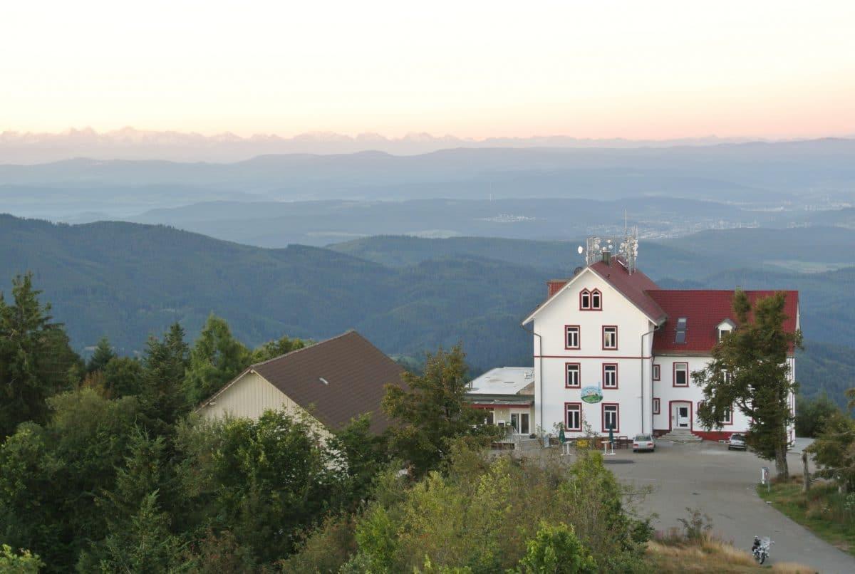 """Auf dem """"Blauen"""", am Horizont die Alpen"""
